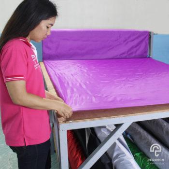 การตัดผ้า คือ 1 ในขั้นตอนการผลิตร่ม วิธีทำร่ม การตัดผ้า