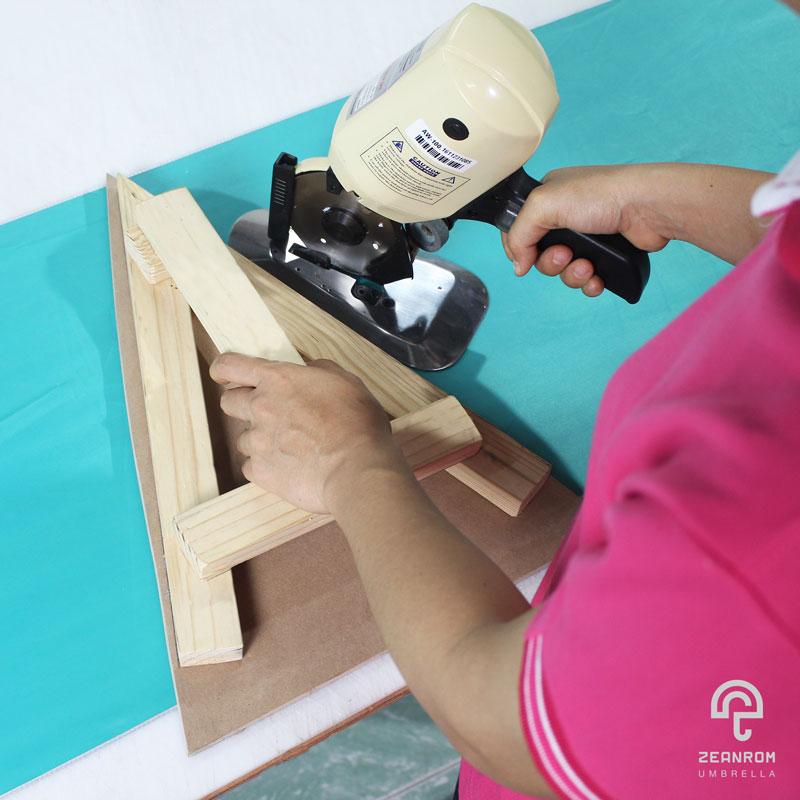 การตัดผ้าตามแบบ คือ 1 ในขั้นตอนการผลิตร่ม วิธีทำร่ม