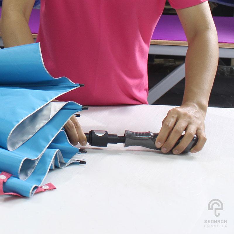 การใส่ด้ามร่ม คือ 1 ในขั้นตอนการผลิตร่ม วิธีทำร่ม