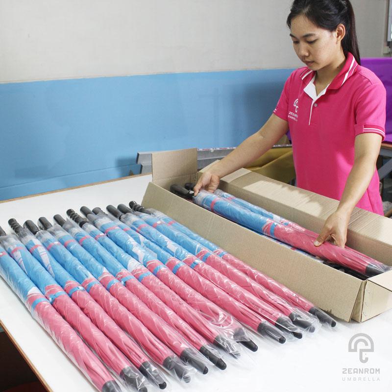การเก็บร่มลงกล่องคือหนึ่งในขั้นตอนการผลิตร่ม วิธีทำร่ม