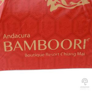 ร่มตอนเดียว สีแดง ลายสัตว์มงคลกิเลน 24 นิ้ว โลโก้ Andacura Bamboori Boutique Resort Chiang Maiร่มตอนเดียว สีแดง ลายสัตว์มงคลกิเลน 24 นิ้ว โลโก้ Andacura Bamboori Boutique Resort Chiang Mai